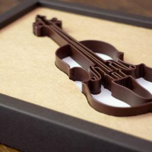 Geige 3D-gedruckt aus Schokolade in Geschenkschachtel